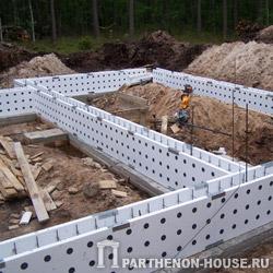 Монтаж элементов несъемной опалубки PLASTBAU на фундамент