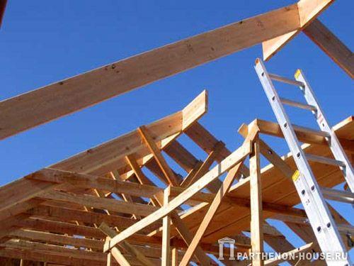 Летом освоить строительство крыши деревянных домов освоить более чем уместно.  Дерево считается экологически выгодным...